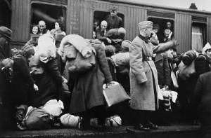 Απέλαση Γερμανών Εβραίων στη Ρίγα.  Περιμένουν το τρένο για τη Ρίγα. Από τις 12 έως τις 13 Δεκέμβριου 1941, έγινε η πρώτη μεταφορά Εβραίων από την πρωσική επαρχία της Βεστφαλίας προς τη Ρίγα. Πριν από την αναχώρησή τους, οι Εβραίοι συγκεντρώθηκαν στο Μπίλεφελντ της Γερμανίας, 13 Δεκέμβρη 1941. Yad Vashem